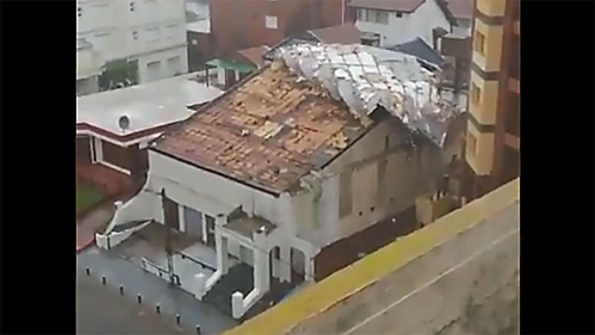 Clases suspendidas, voladuras de techo y caída de arboles en la costa atlántica bonaerense