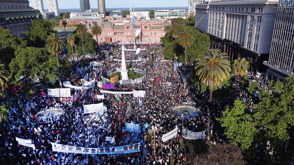 Militantes, funcionarios y organizaciones sociales se concentraron en Plaza de Mayo por el Día de la Lealtad